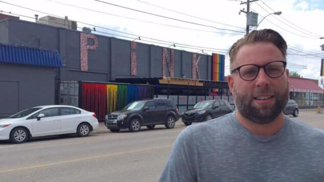 Skipp Anderson devant sa boîte de nuit à Saskatoon.