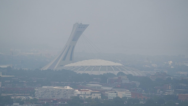 Une vue du stade olympique enveloppé de fumée.
