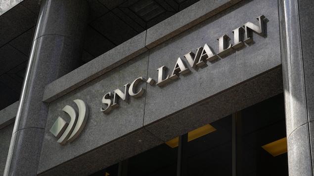 Le logo de SNC-Lavalin est inscrit sur le devant d'un building.