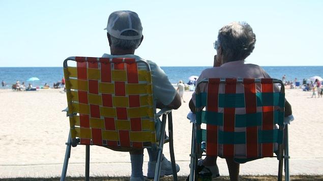 Un couple âgé à la plage.