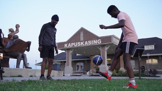 Deux jeunes africains jouent au soccer.