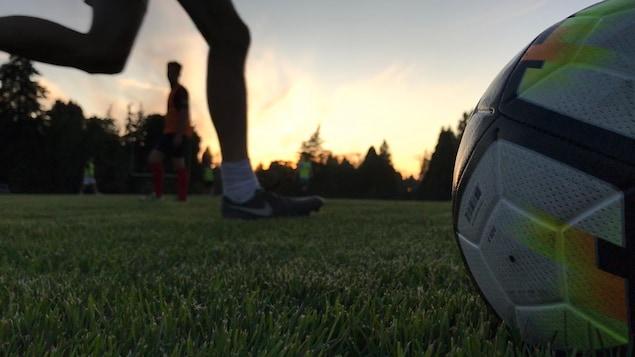 Un ballon est photographié en gros plan sur un terrain de soccer de Vancouver.