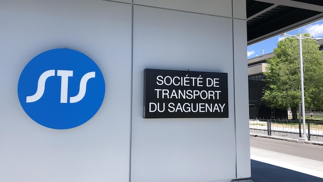 La pancarte de la Société de transport du Saguenay installée sur un arrêt d'autobus à l'Université du Québec à Chicoutimi.