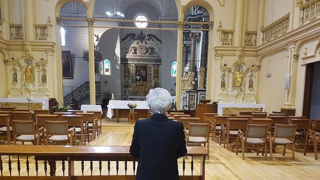Soeur Pauline Duchesne, au beau milieu de la chapelle des Ursulines de Québec