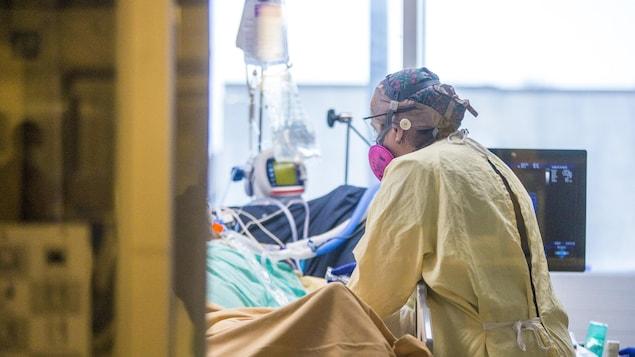 Du personnel médical autour d'un lit.