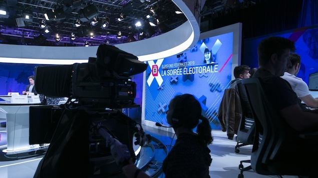 Un plateau de télévision avec une caméra.