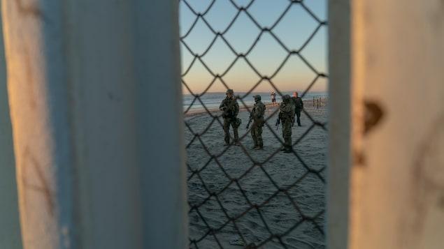 Des soldats américains surveillent la plage à la frontière entre les États-Unis et le Mexique.