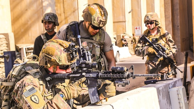 Des soldats de la 1re Brigade de la 25e Division d'infanterie de l'armée américaine, Task Force-Iraq, occupent une position défensive dans la base d'opérations avancée Union III à Bagdad, en Irak.