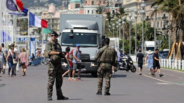 Des soldats français armés sur la Promenade des Anglais, à Nice.