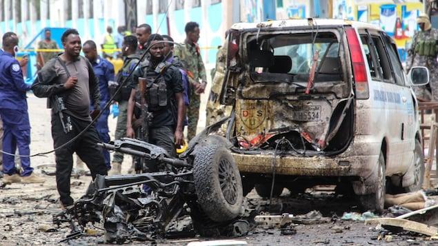 Des agents de sécurité sur le site d'une attaque à la voiture piégée à Mogadiscio.