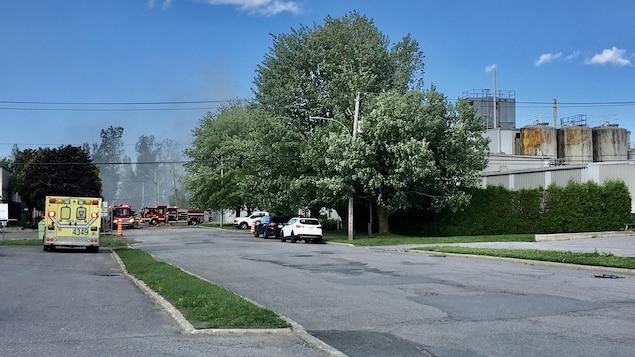 Des émanations sont observées sur place. de l'usine. Sur place, une ambulance.