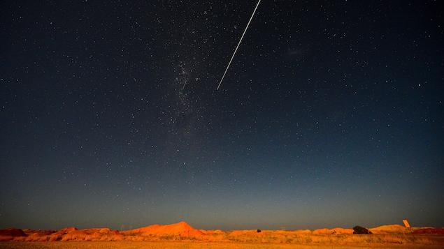 La sonde, dans un ciel étoilé, avant de toucher terre.
