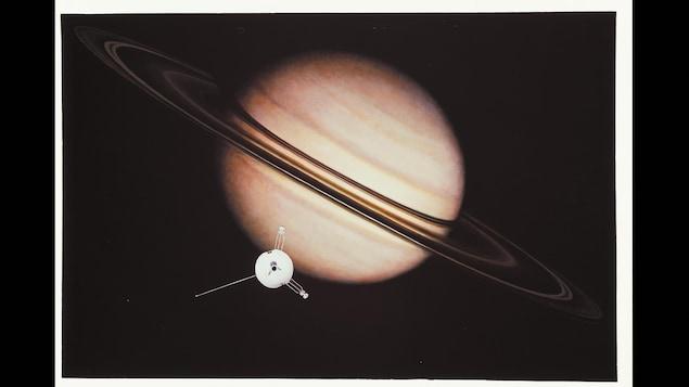 La sonde américaine Pioneer 11 devant Saturne