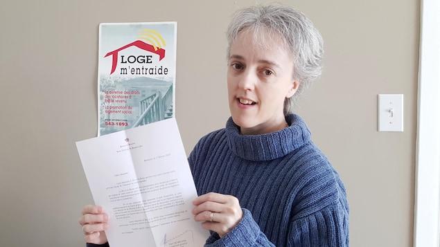 Sonia Côté tient la lettre entre ses mains.