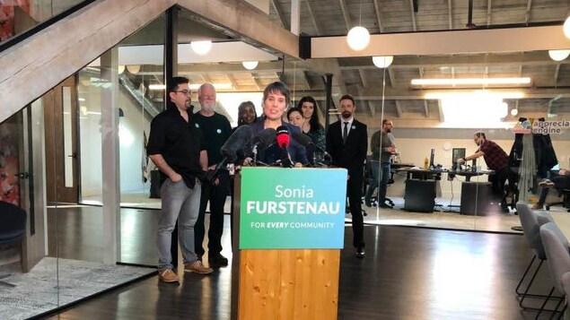 Sonia Furstenau derrière un micro annonçant sa candidature à la chefferie du Parti vert de la Colombie-Britannique.