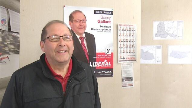 Sonny Gallant à son bureau de circonscription durant la campagne électorale de 2019