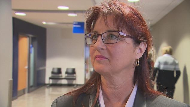 Sonya Auclair dans le couloir du palais de justice de Trois-Rivières