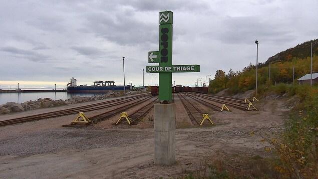 La cour de triage de la Société du port ferroviaire de Baie-Comeau ainsi que le quai fédéral