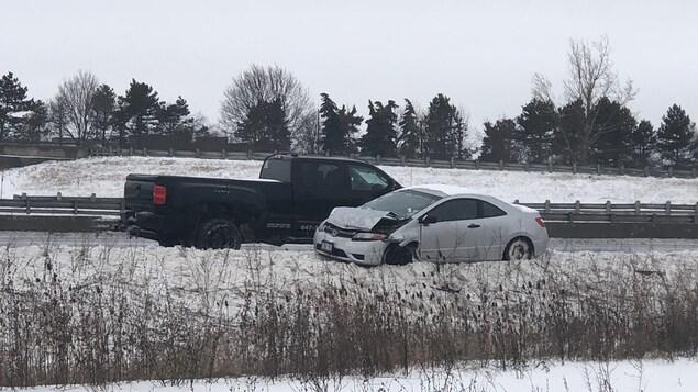Deux véhicules accidentés