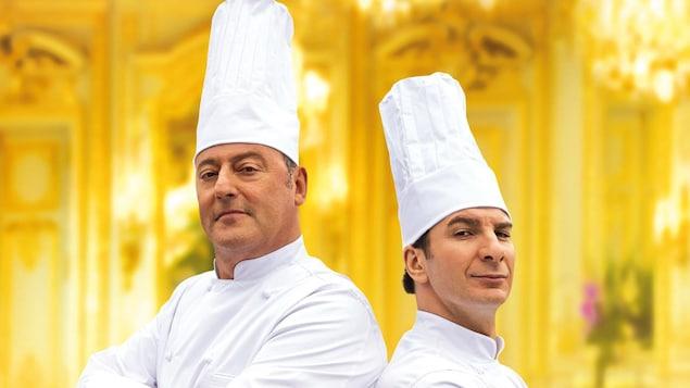 Deux chefs cuisiniers habillés en blanc sur un fond jaune.