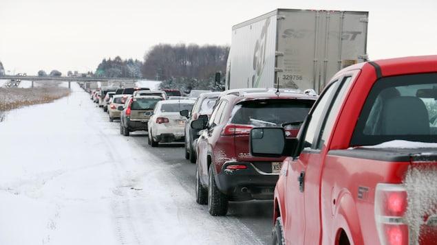 Les automobilistes se sont armés de patience sur l'autoroute 20 en raison des nombreuses sorties de route.