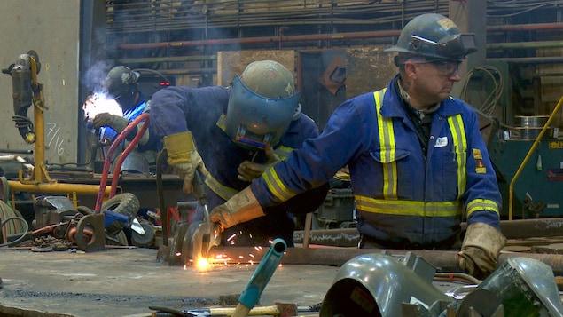 Le travaille est important au chantier maritime.
