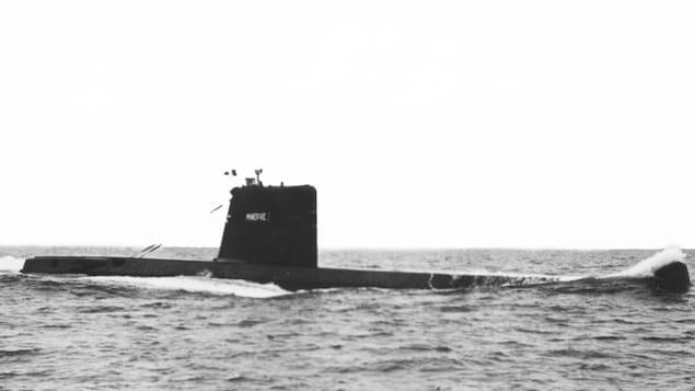 Un sous-marin navigue en mer.
