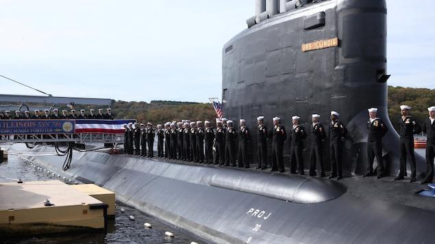 Un sous-marin avec des membres d'équipage.