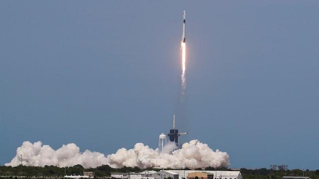 La fusée Falcon 9 décolle sur la côte de la Floride et s'envole dans un  ciel dégagé.