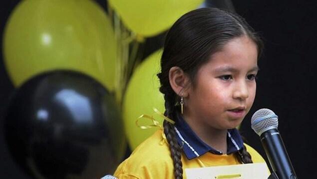 Photo d'une petite fille lors du concours d'orthographe.