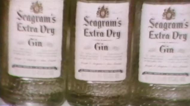 Bouteille de gin de marque Seagram sur une tablette.