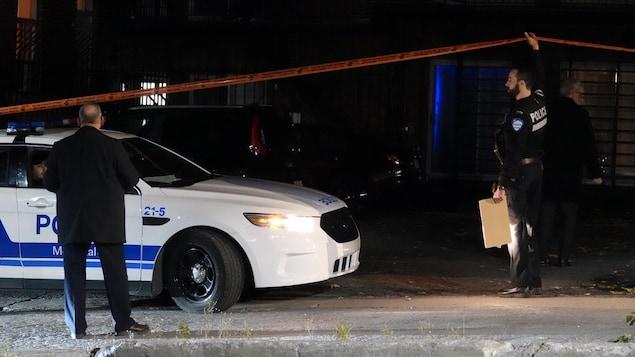 Des agents du Service de police de la Ville de Montréal enquêtent sur les lieux du crime.