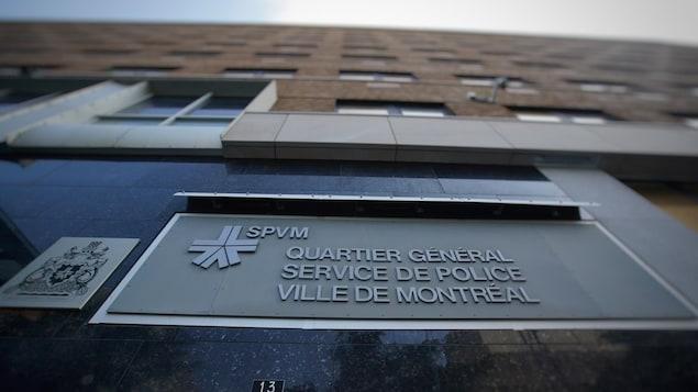 Vue en contre-plongée du bâtiment où est situé le quartier général du Service de police de la Ville de Montréal.