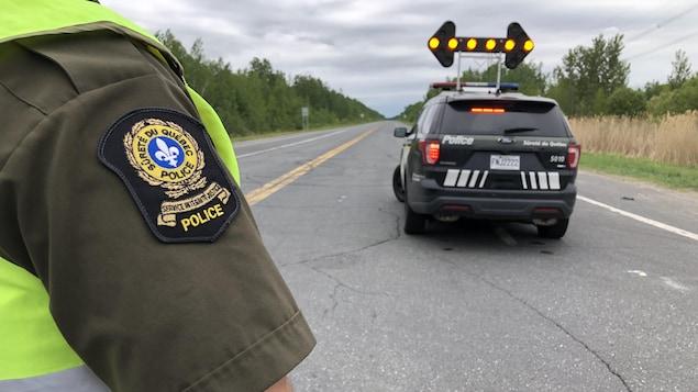 Un policier de la SQ et son véhicule.