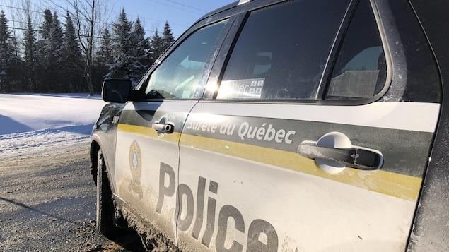 Une voiture de la Sûreté du Québec sur une route enneigée.