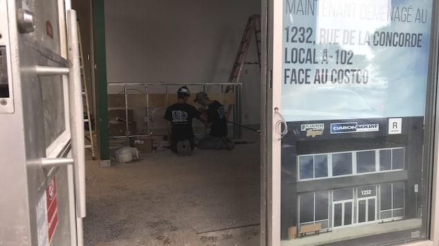 Des ouvriers s'affairent dans une future succursale de la Société québécoise du cannabis à Lévis