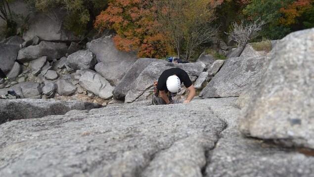 Un alpiniste grimpe une falaise.