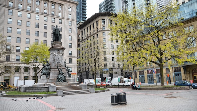 Le square Phillips, à Montréal, au printemps, où on voit un monument.