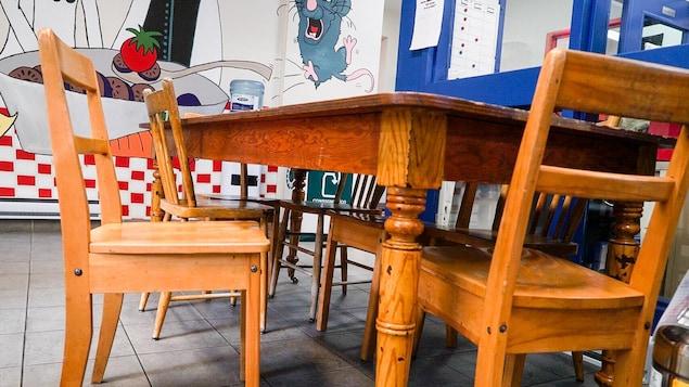 Des chaises et une table dans les locaux du Squat Basse-Ville à Québec, un organisme qui accueille les jeunes en situation de fugue ou d'itinérance
