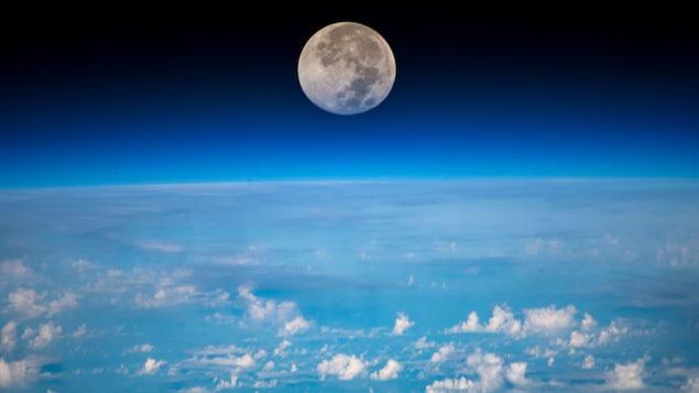 Photo d'un coucher de lune a été prise par l'astronaute de l'ASC David Saint-Jacques de la Station spatiale internationale.