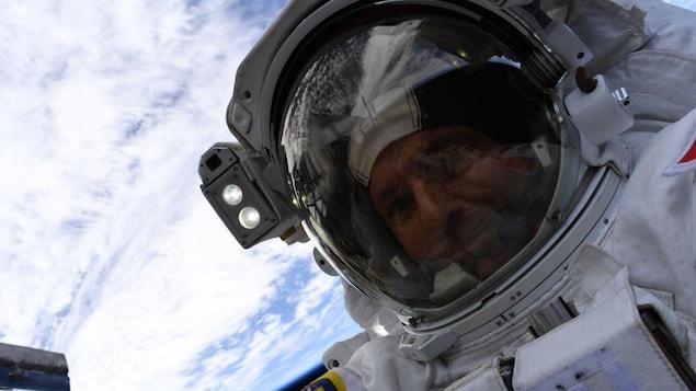 Gros plan du visage de David Saint-Jacques dans son scaphandre lors de la sortie dans l'espace du 8 avril.