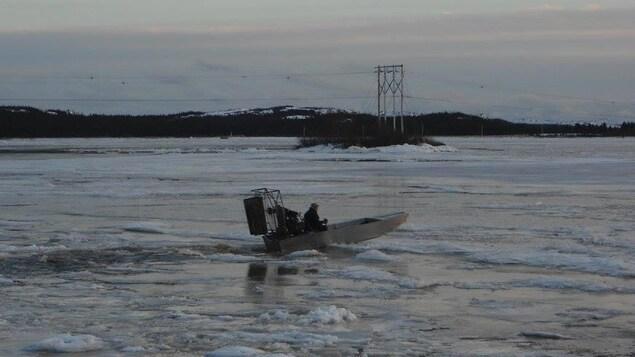 Le petit aéroglisseur sur la rivière Saint-Augustin.