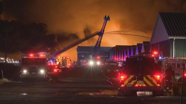 des camions de pompiers et un incendie