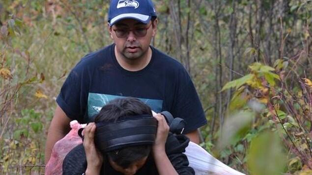 Stacy Bossum, conseiller de Mashteuiatsh lors d'une sortie en forêt