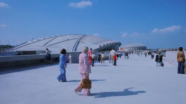 Piétons qui marchent sur le terrain du stade olympique.
