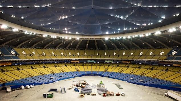 Vue du Stade olympique de Montréal de l'intérieur, à partir des gradins.