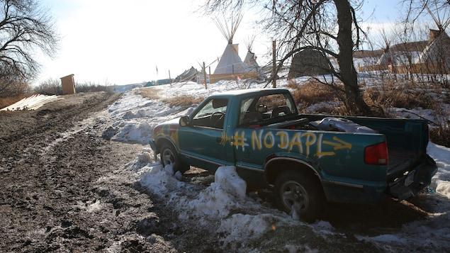 Un camion abandonné devant des tipis.