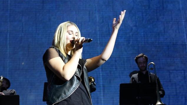 Krystel Mongeau chante sur scène