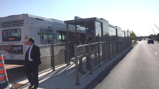 L'une des nouvelles stations d'autobus, aménagées en plein centre du Boulevard Le Corbusier, à Laval. Des voies réservées ont été aménagées le long de plusieurs artères.