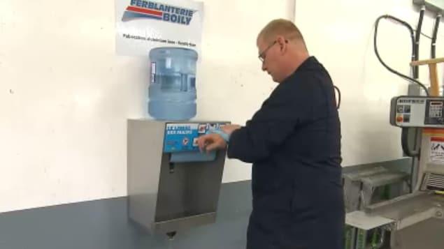 Un homme se lave les mains.